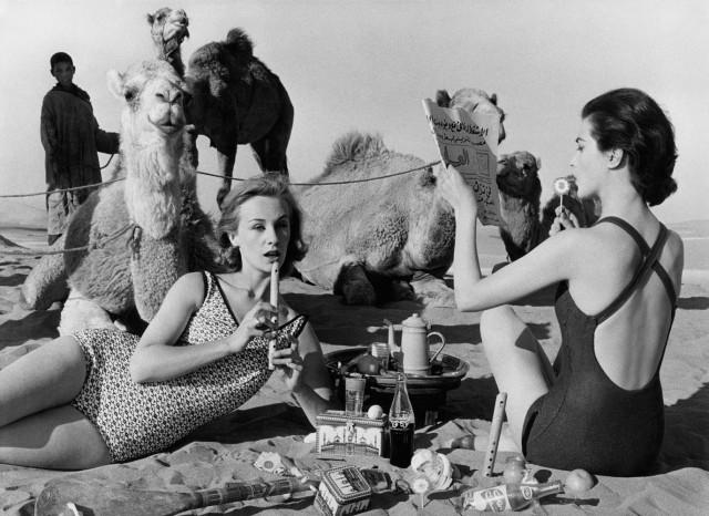 Чаепитие, фото для журнала Vogue, Марокко, 1958 год. Фотограф Уильям Кляйн