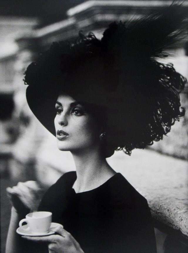 Шляпа с перьями и кофе, для журнала Vogue, Рим, 1962 . Фотограф Уильям Кляйн
