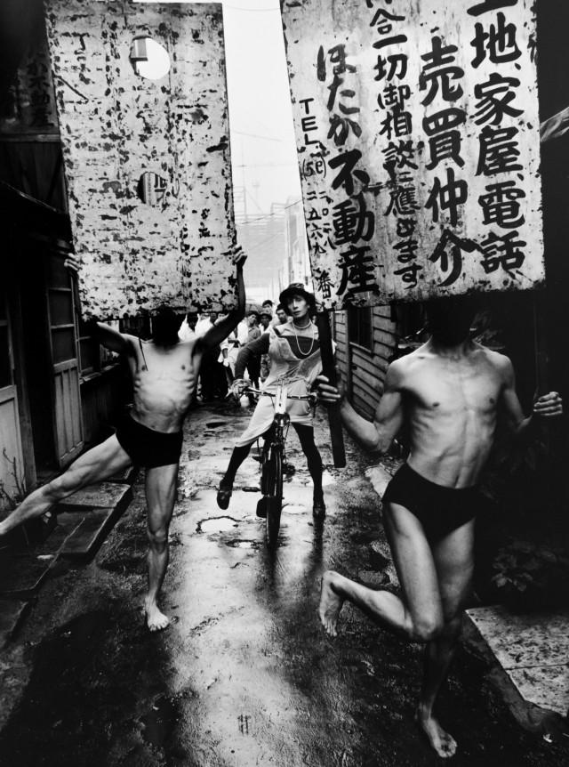 Танцоры и знаки, Токио, 1960 год. Фотограф Уильям Кляйн