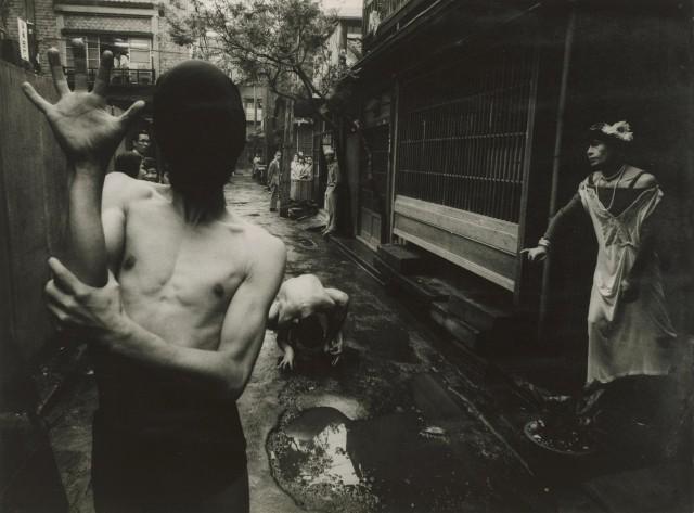Уличный театр в Токио, 1961. Фотограф Уильям Кляйн