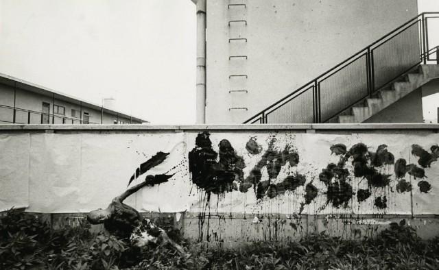 Художник-истребитель за работой, Токио, Япония, 1961 Год. Фотограф Уильям Кляйн
