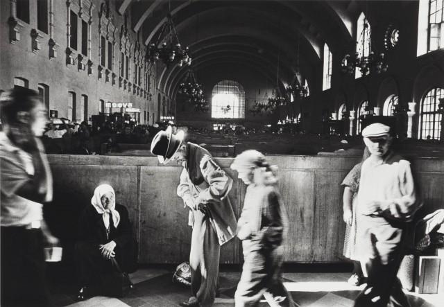 Киевский вокзал, Москва, 1959 год. Фотограф Уильям Кляйн