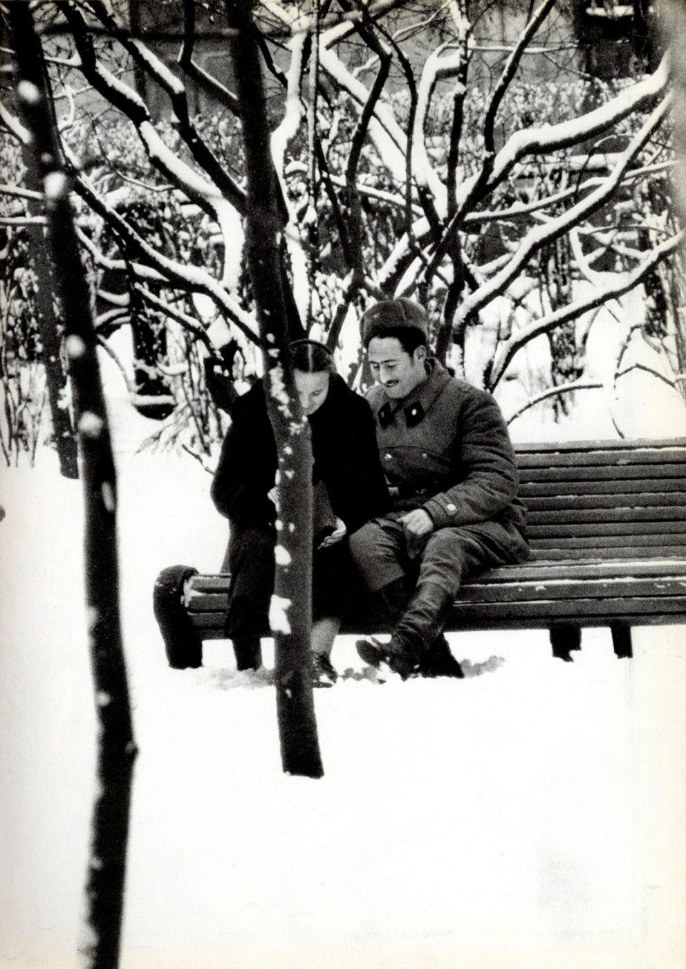 На скамейке, Москва, 1959 год. Фотограф Уильям Кляйн