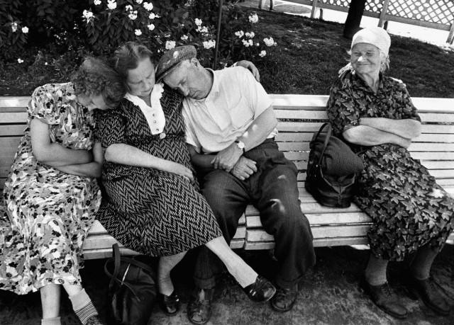 Сон в парке Горького, Москва, 1959 год. Фотограф Уильям Кляйн