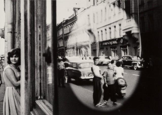 Овальное отражение, Москва, 1959 год. Фотограф Уильям Кляйн