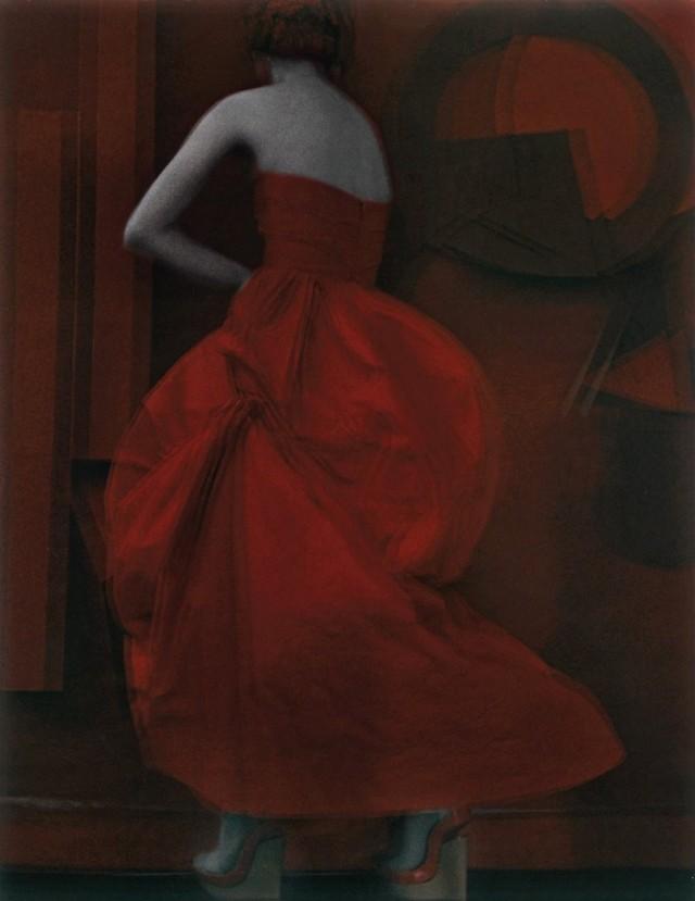 Модель в красном платье. Автор Сара Мун