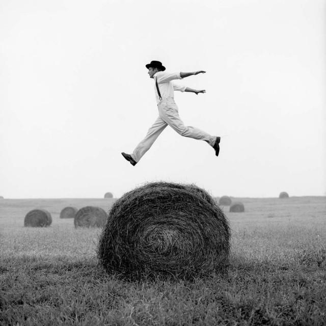 Дон, прыгающий через рулон сена, Монктон, Мэриленд, 1999. Автор Родни Смит