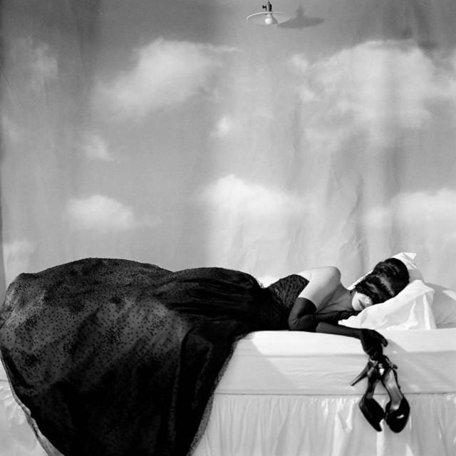 Зои, спящая с маской, Нью-Йорк, 2007. Автор Родни Смит