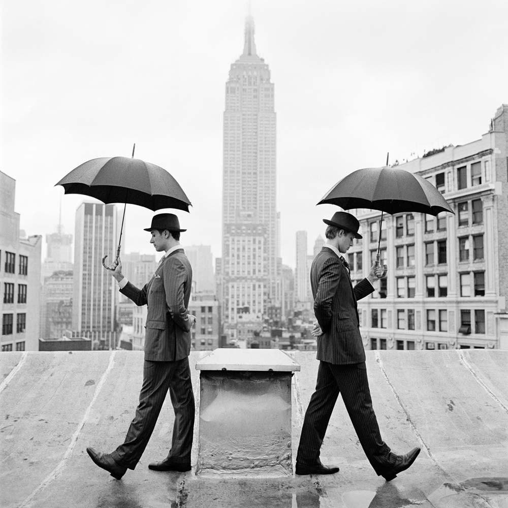 Рид и Натан с зонтиками на крыше, Нью-Йорк, 2011. Автор Родни Смит