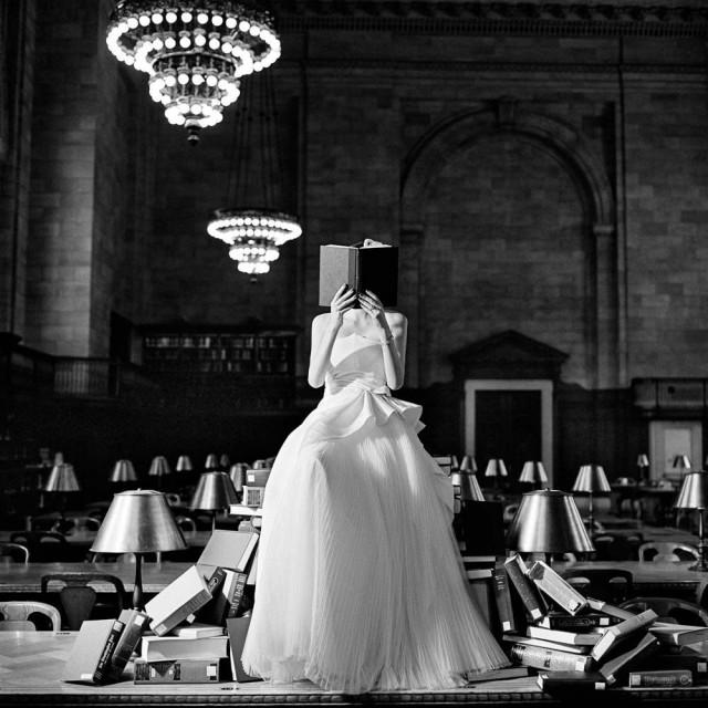 Читающая Флинн среди стопок книг, Нью-Йорк, 2012. Автор Родни Смит
