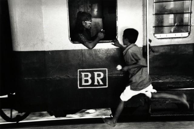 Продавец цветов. Железнодорожный вокзал Камалапур, Дакка, Бангладеш. Автор Уолтер Ротуэлл