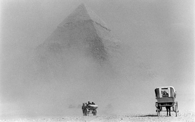 Песчаная буря и пирамиды Гизы, Египет. Автор Уолтер Ротуэлл