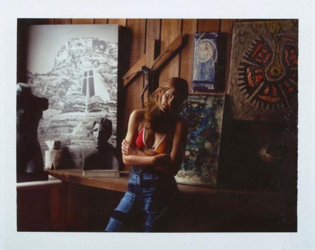 Синди Кроуфорд среди произведений искусства. Автор Дьюи Никс