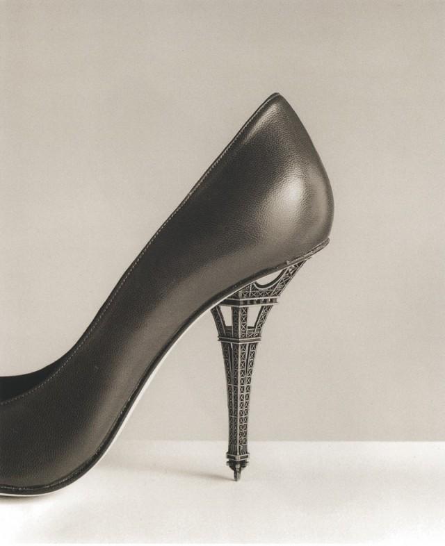 Туфли на высоком каблуке с Эйфелевой башней, 2006. Автор Чема Мадоз