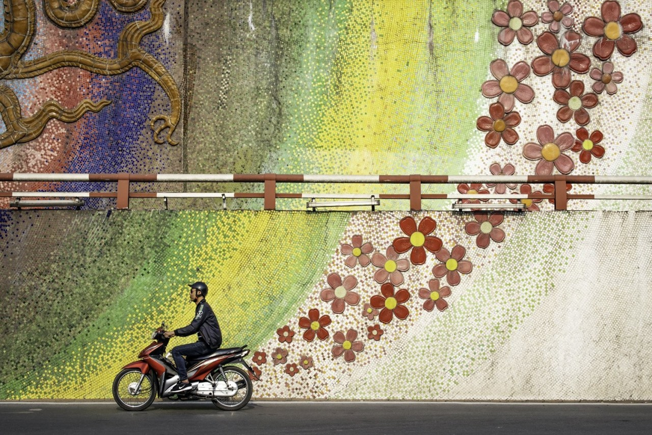 1-е место в категории «Туристическое портфолио», 2020. «Зелёная энергия». Мопед на фоне мозаики, Ханой, Вьетнам. Фотограф Пол Сэнсом