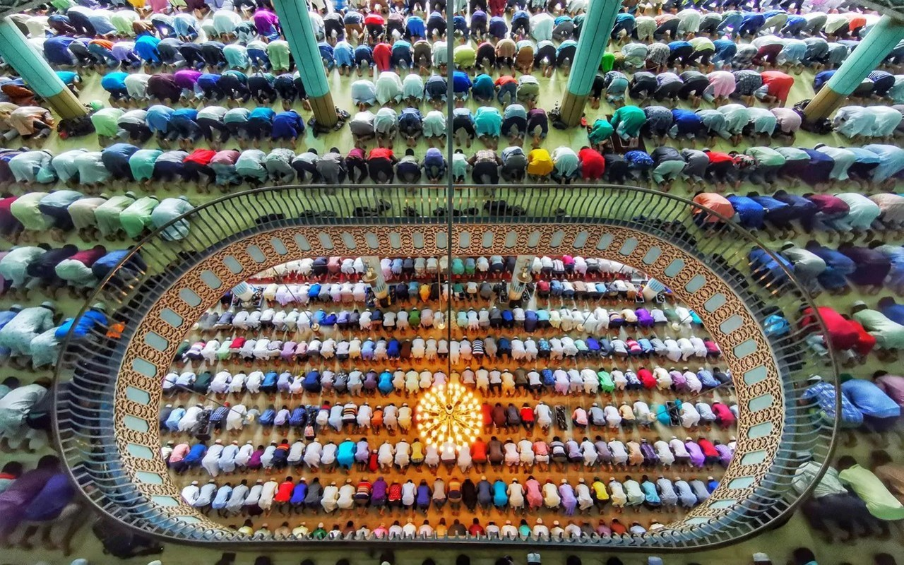 1-е место в категории iTravelle, 2020. Молящиеся в мечети Байтул-Мукаррам, Дакка, Бангладеш. Фотограф Азим Хан Ронни