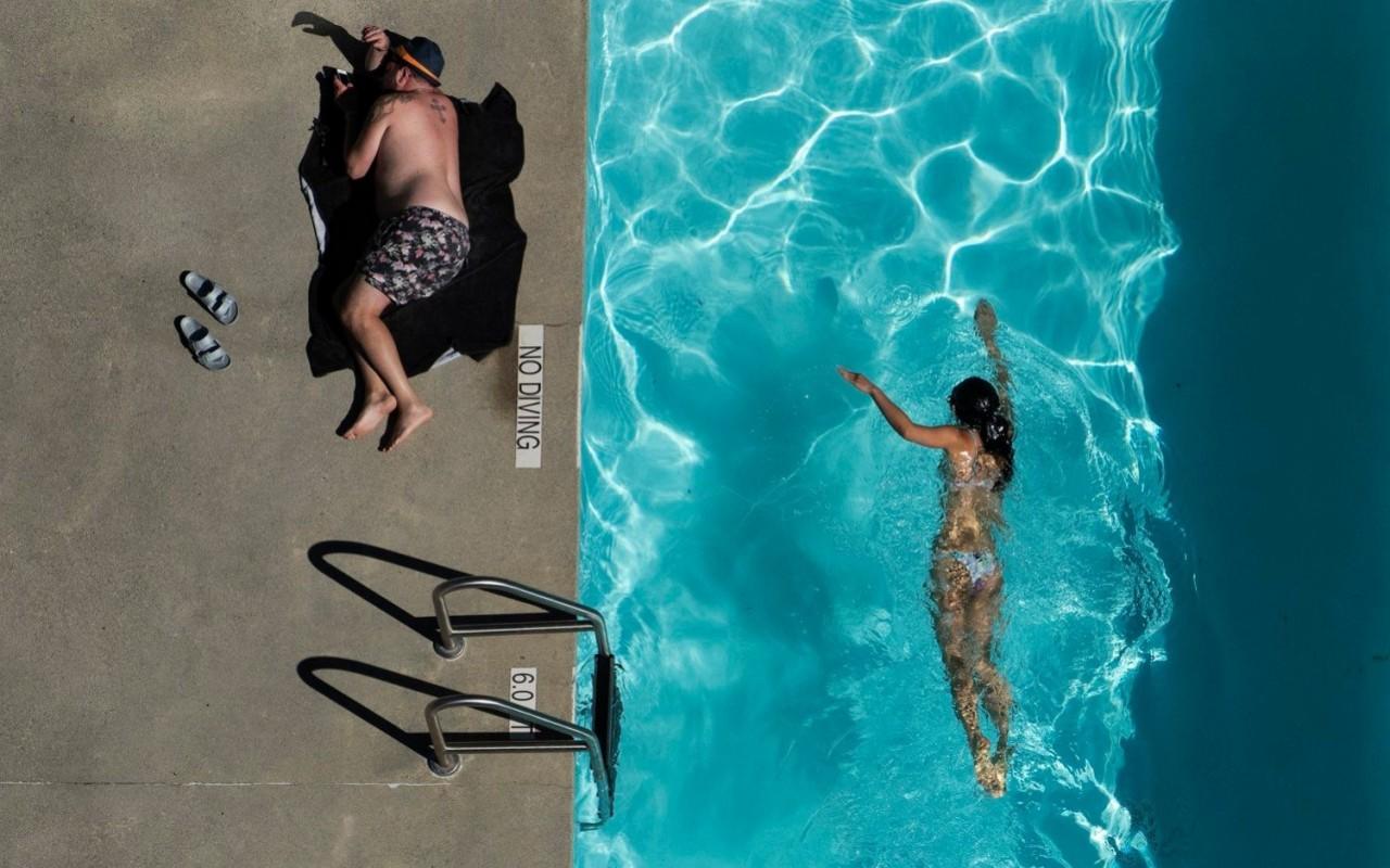 Особое упоминание в категории «Люди мира», 2020. Женщина плавает, мужчина отдыхает. Фотограф Юй Шэнь