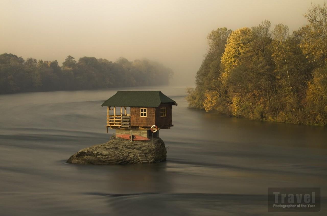 Высоко оценённое в категории «Одиночество», 2020. Домик на реке Дрина в Сербии. Фотограф Ирен Беккер