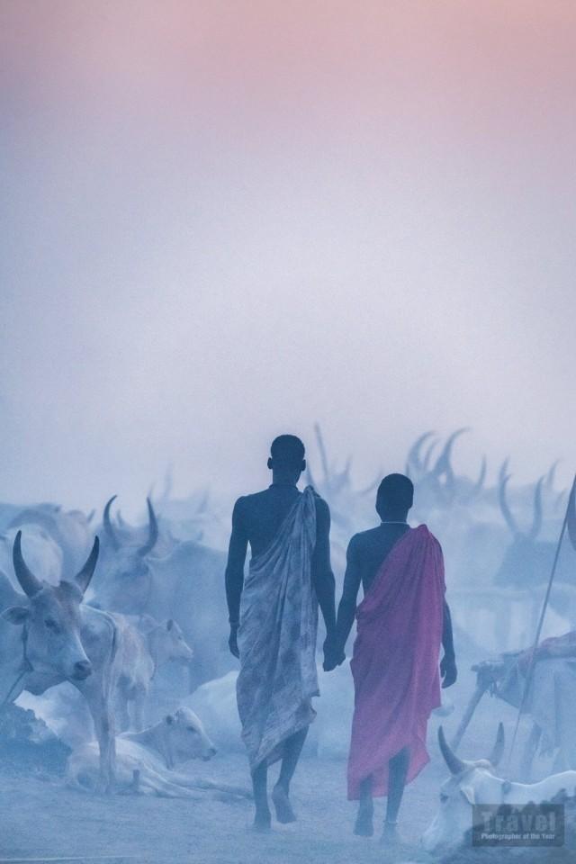 Мундари со своим скотом в Южном Судане. Победитель в категории «Люди и культуры», 2019. Автор Тревор Коул