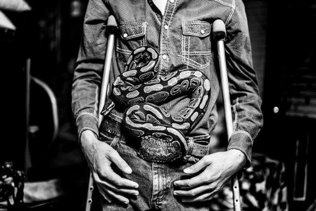 Ковбой по имени Доминик со своей любимой змеёй в Колорадо. 2 место в категории «Люди и культуры», 2019. Автор Виктория Демпстер