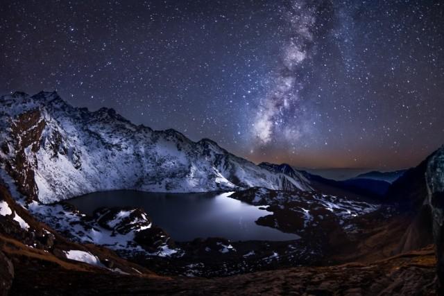 Млечный Путь и высокогорное озеро Госайкунда в Гималаях. Автор Евгений Самученко