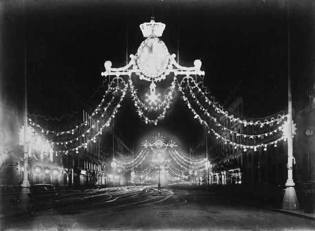 Улица Руаяль ночью, украшенная во время визита Эдуарда VII в Париж, 1903. Автор Поль Женью (Paul Géniaux)