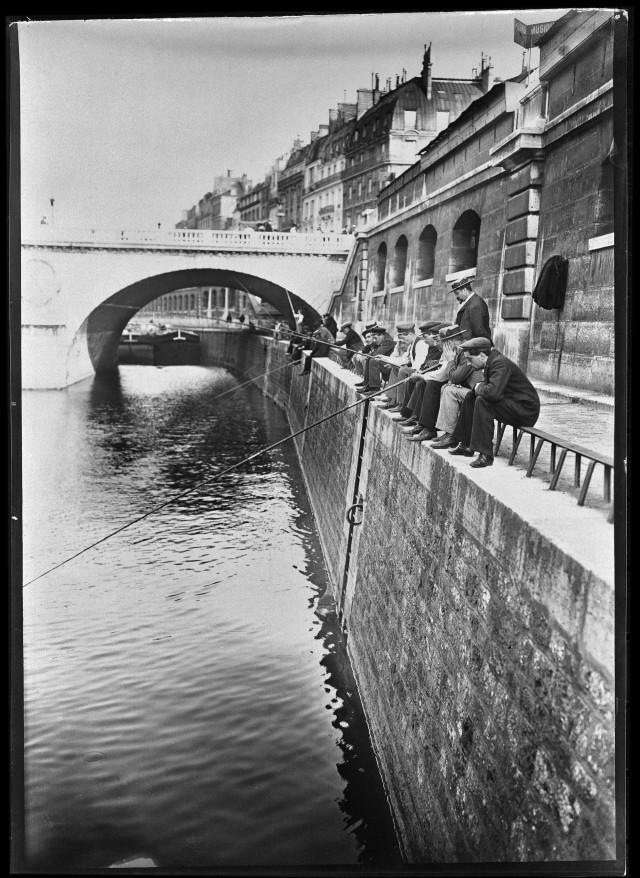 Рыбаки на берегу Сены у моста Сен-Мишель, Париж,1895-1905. Автор Поль Женью (Paul Géniaux)