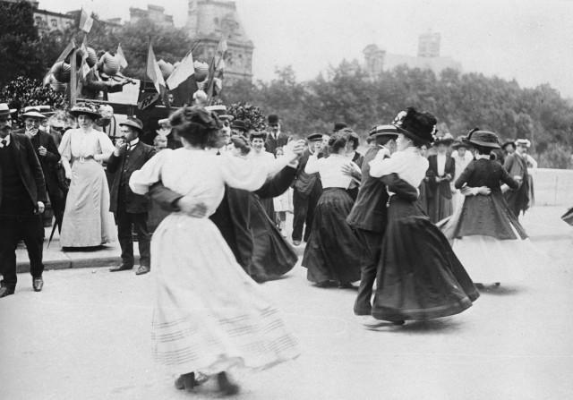 Народный бал, набережная Флер, Париж, 1895-1905. Автор Поль Женью (Paul Géniaux)