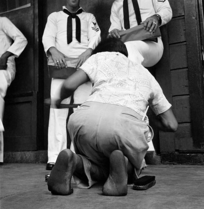 Дети чистят матросские ботинки. Автор Уэйн Миллер