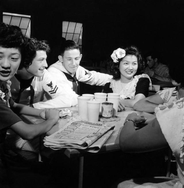 Матросы и гавайские девушки в клубе USO. Автор Уэйн Миллер