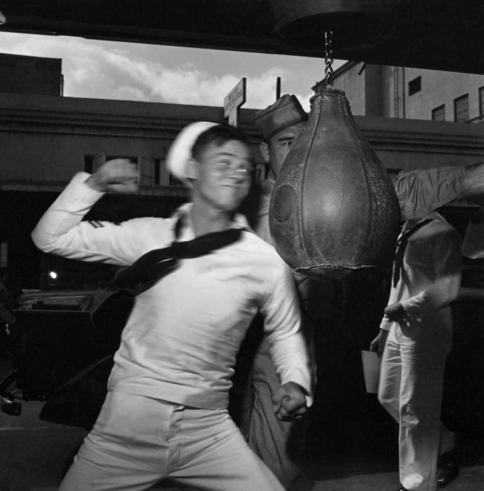 Моряк и боксёрская груша. Автор Уэйн Миллер