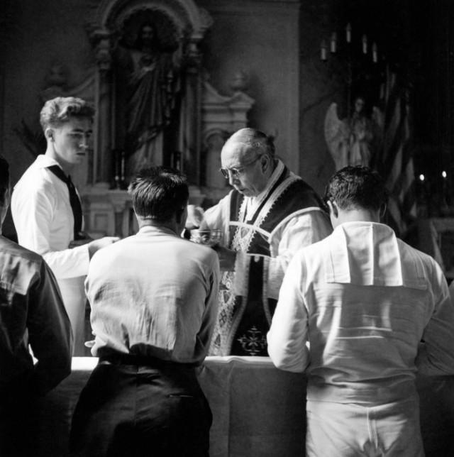 Воскресное богослужение в церкви. Автор Уэйн Миллер