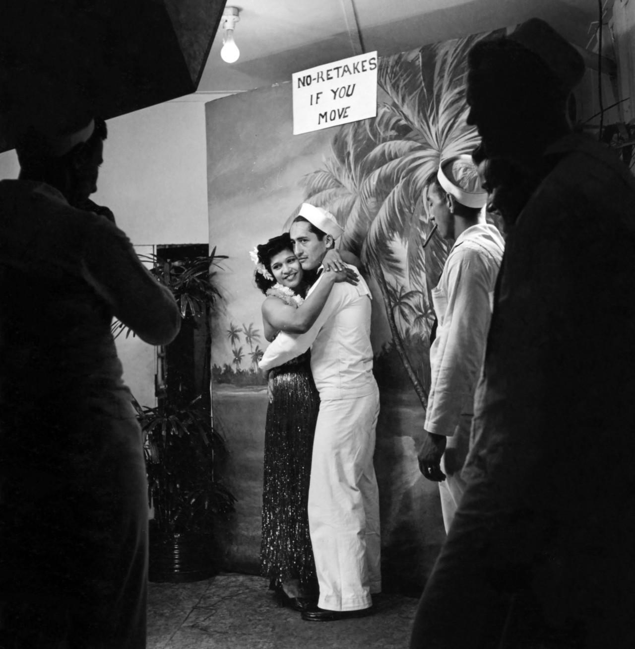 Матрос позирует с девушкой в салоне тату. Автор Уэйн Миллер