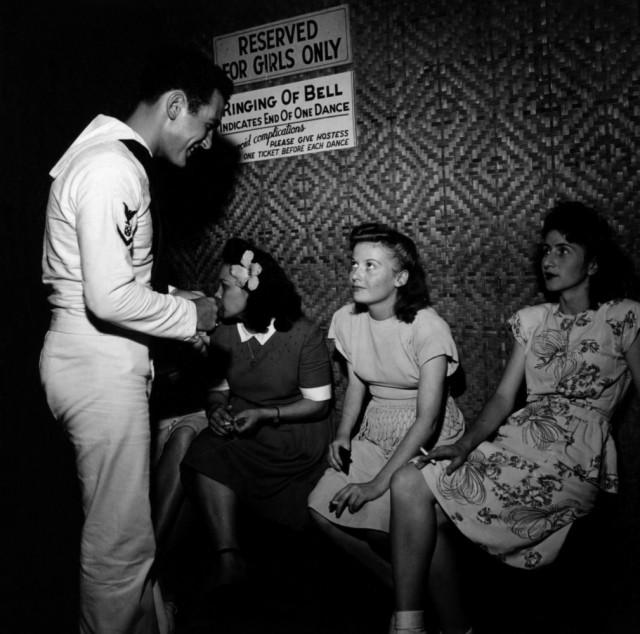 В танцевальном зале, где девушки согласятся потанцевать за десять центов. Автор Уэйн Миллер