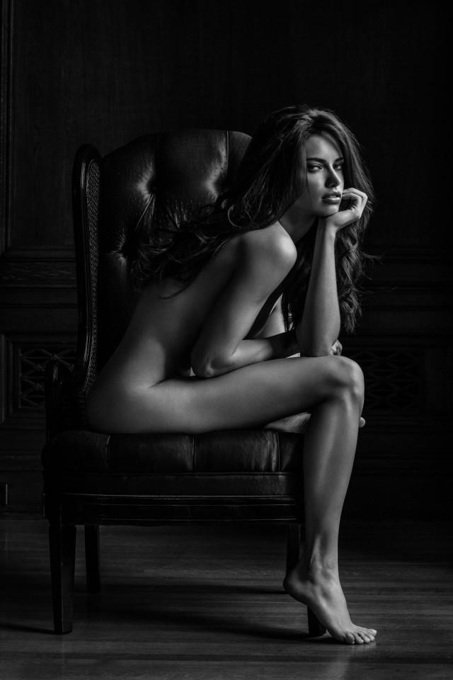Адриана Лима, сидящая на стуле. Автор Расселл Джеймс