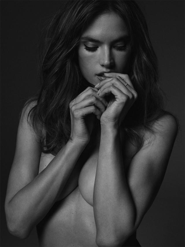 Алессандра Амбросио с изящными руками. Автор Расселл Джеймс