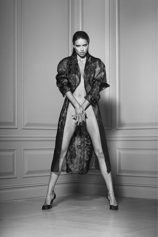 Адриана Лима в тренче на голое тело. Автор Расселл Джеймс