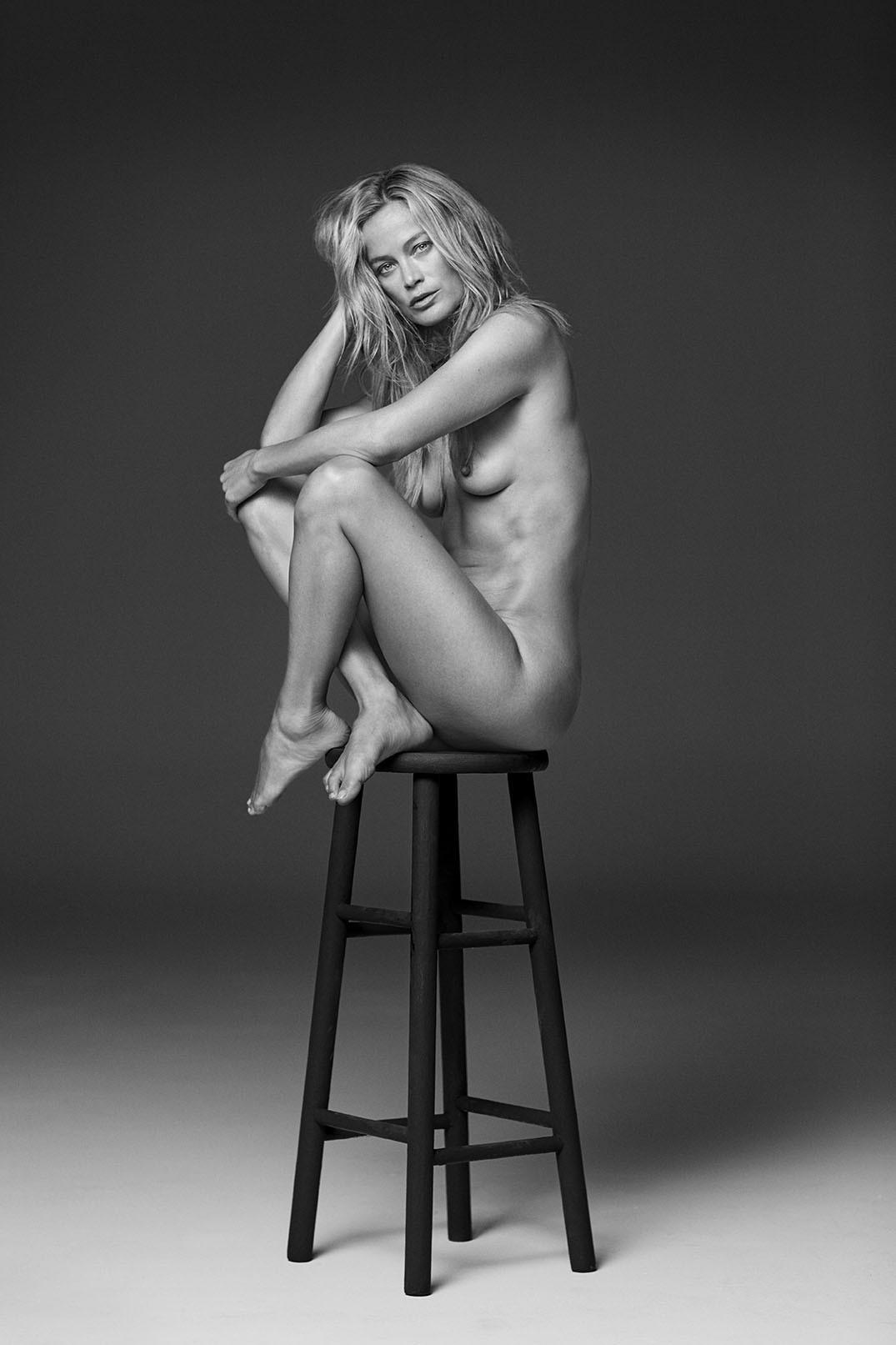 Кэролин Мёрфи на высоком стуле. Автор Расселл Джеймс
