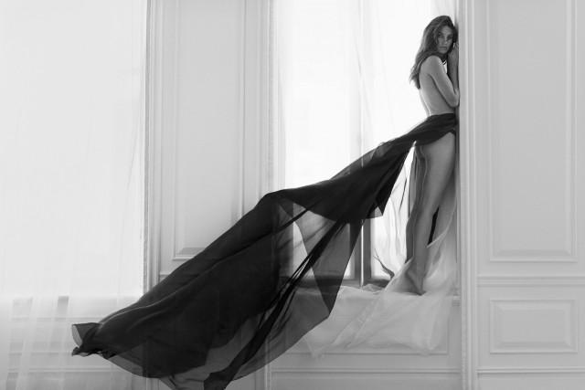 Лили Олдридж у окна. Автор Расселл Джеймс