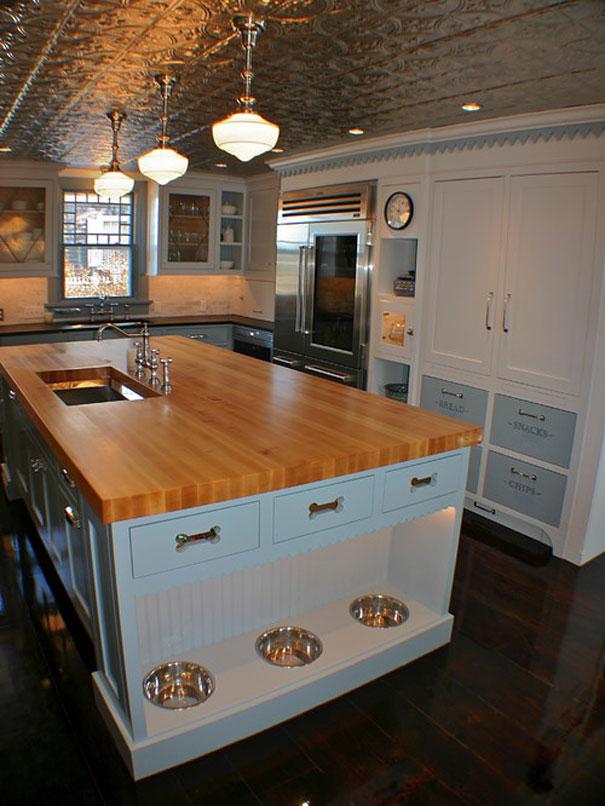 Место на кухне для собачьих мисок