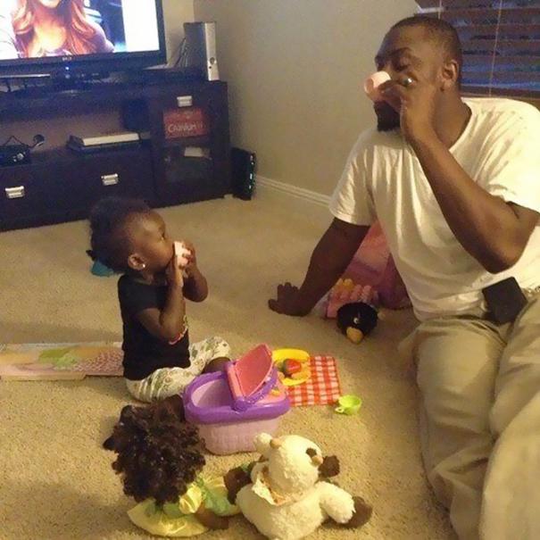 Отец подсматривает за спящей дочкай