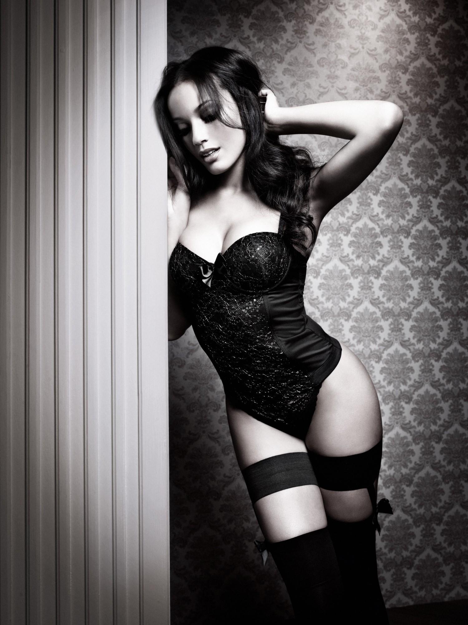 красивые эротичные фото женщины вамп доминирующая полуобнаженная жанной только