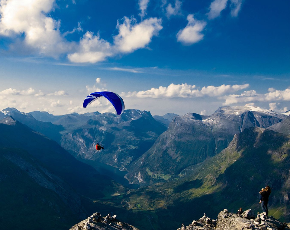 look-your-daddy-is-paragliding