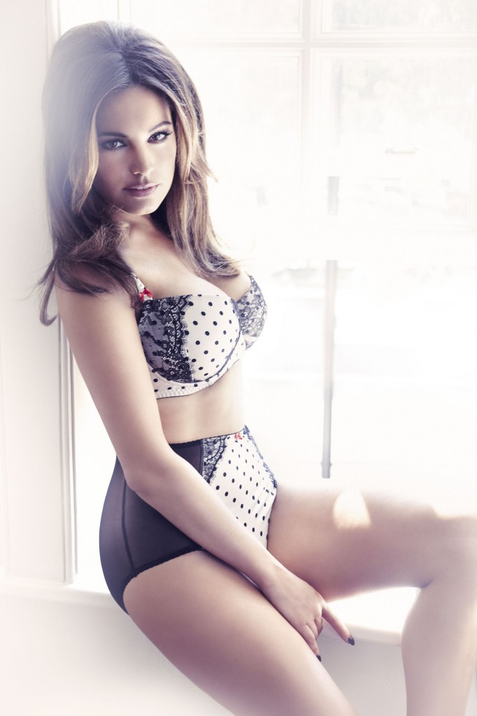 Kelly-Brook-New-Look-lingerie-2-682x1024