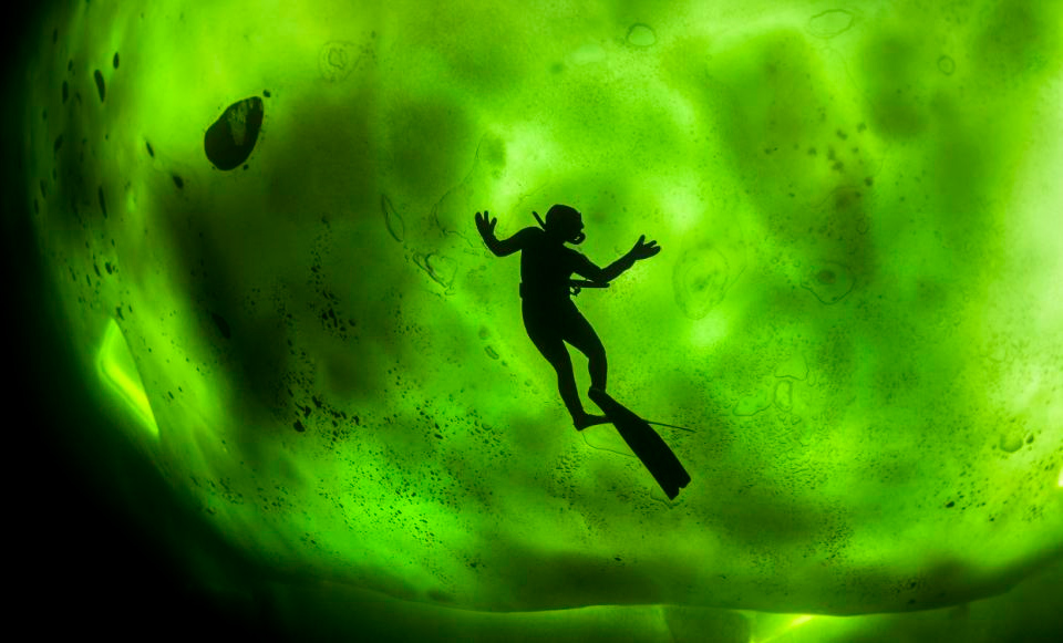 5northern-lights-through-ice-in-freezing-waters