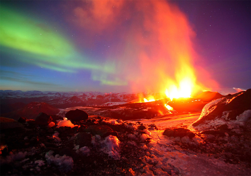 5erupting-volcano-with-northern-light-iceland