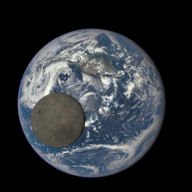 Как Луна пролетает перед Землей. Фотография сделана на расстоянии больше 1,5 миллионов километров от планеты