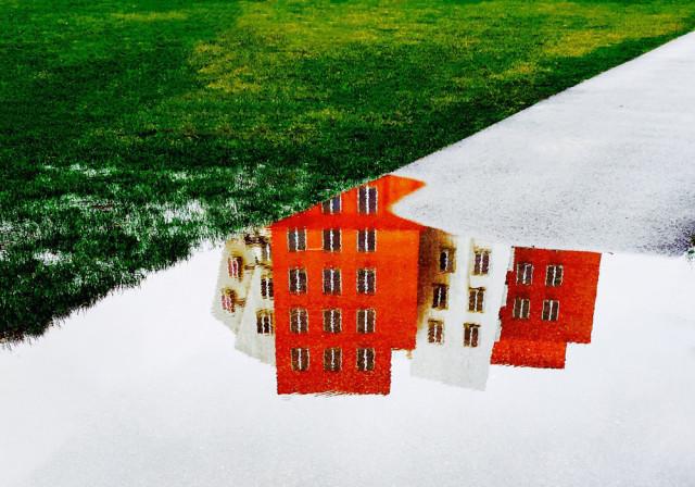 Лужи под ногами: вход в другое измерение в фотографиях Джошуа Саринана