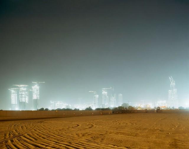«Неоновые тигры», «Рай на земле», «Дом-гвоздь» и другие городские фотопроекты Петера Бялобжеского