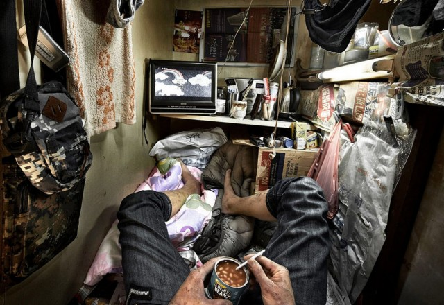 Как живут в «клетках-гробах» Гонконга. Фотограф Бенни Лэм